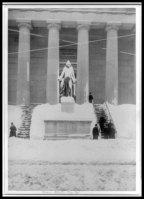 Estatua de George Washington, en Wall Street, cubierta de nieve