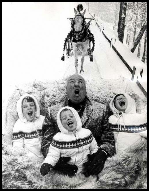 Alfred Hitchcock, con sus tres nietas: Mary, Tere, y Katie.
