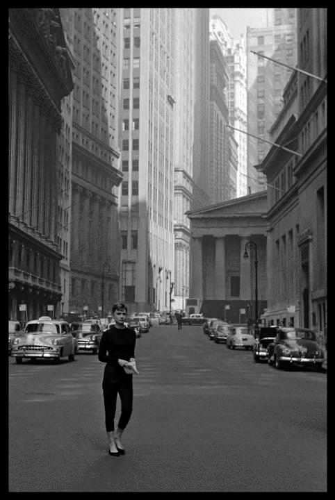 1954 Dutch actress Audrey Hepburn near Wall Street during the filming of Sabrina by Billy WILDER