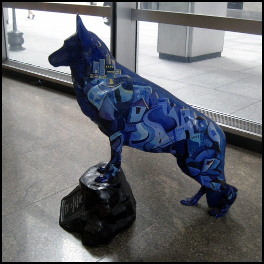"""""""Sirius"""", creada por Allison Aboud, como homenaje a los perros de rescate. Se encuentra instalada en el vestibulo del nº 1 de IChase Manhattan Plaza ."""