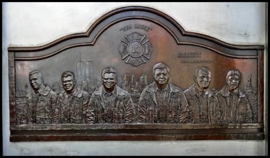 Placa de bronce que recuerda a los 6 mienbros del Parque nº 10 fallecidos en el 11/S