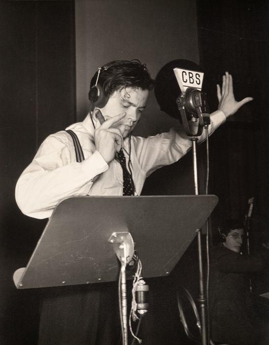 Orson Welles en los estudios de CBS en Nueva York, durante la dramatización