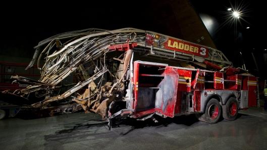 Coche de bomberos en el que perecieron tres miembros de la unidad tras el colapso de la Torre norte.