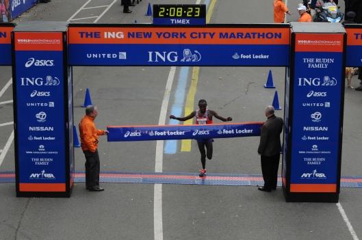 El keniata Geoffrey Mutai, vencedor el pasado año, atravesando la linea de meta en Central Park.