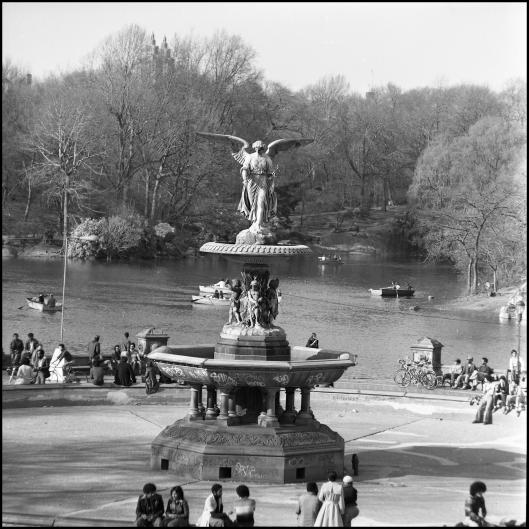 La fuente, sin agua y cubierta de Grafitis, durante la década de los 70.