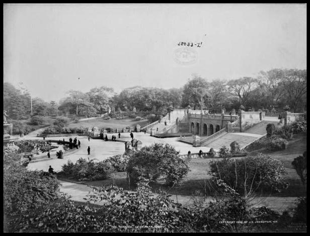 Bethesda Terrace alcanzó rápidamente una gran popularidad. Las fotografías pertenecen a los años 1890 y 1894.  Archivo Biblioteca Pública de Nueva York
