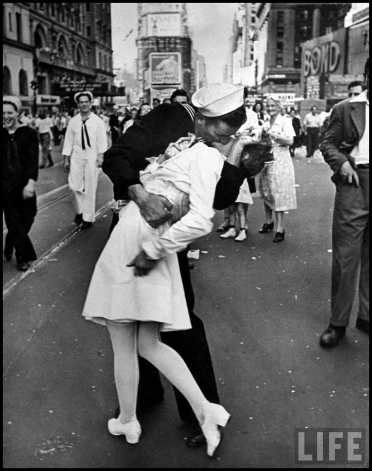 """""""VJ The kiss"""" - Alfred Eisenstaedt/ Getty"""
