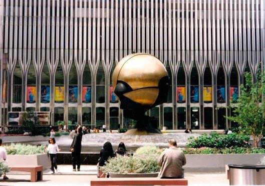 'Sphere' en Austin J. Tobin Plaza Sphere, su ubicación original.
